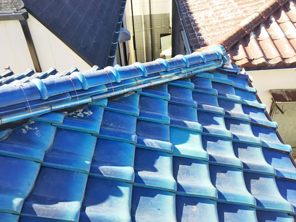 下り棟の先端の鬼瓦の固定にもシーリングを使用
