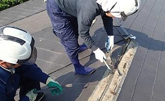 棟は屋根の頂上部や四隅にあるため、風に影響を受けやすい