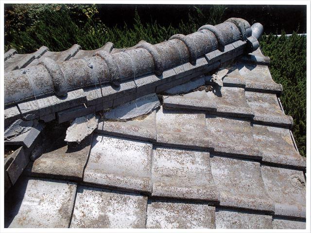 赤磐市で雨漏り修理/屋根瓦の隅棟を積み直す屋根補修工事です。