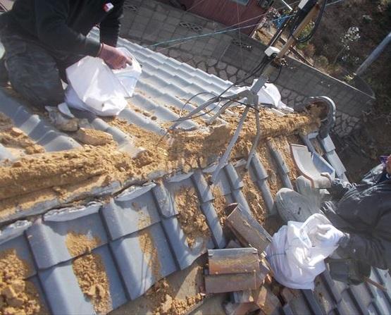 玉野市で塗装した塩焼き瓦の屋根修理。一部瓦葺き替工事の瓦撤去