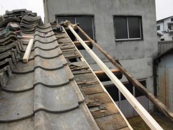 岡山市中区 瓦を捲り下地のいたの取り換えです