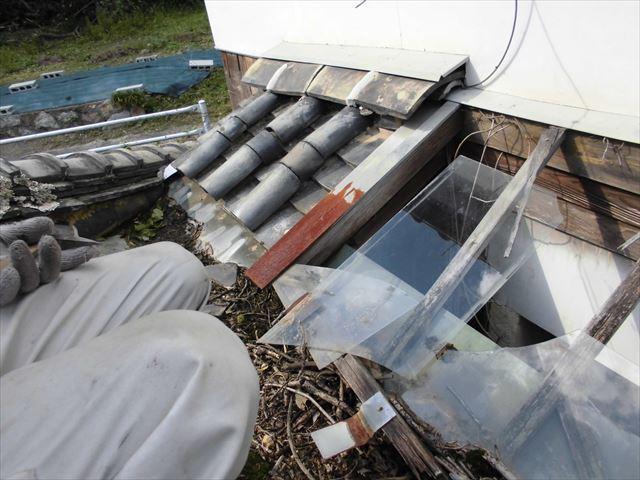 岡山市東区 ガラスが割れ雨漏り