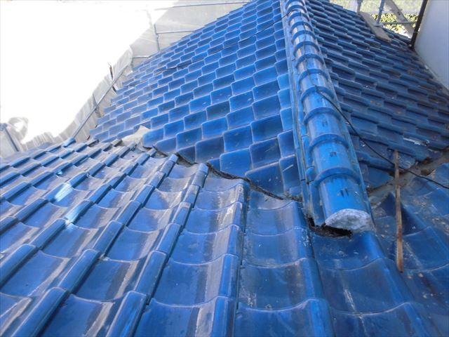 備前市で屋根瓦の葺き替え工事行っています。1階の瓦撤去です。