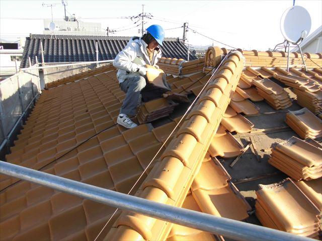 岡山市南区で雨漏りがしない屋根にする為に和型の陶器瓦撤去です