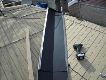 岡山市南区 ガルバリウム鋼板の谷板金取付けていきます。