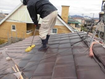 岡山市南区 平板防災瓦施工、隅棟、谷の瓦をカットするので瓦の清掃です。