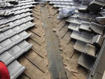岡山市北区 雨漏り修理 谷板金取り替え工事 板金撤去