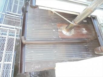 備前市 ポリカの新しい軒樋を取り付けていきます。
