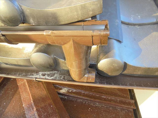 備前市で二日目のパナソニックのアイアンの雨樋工事です。