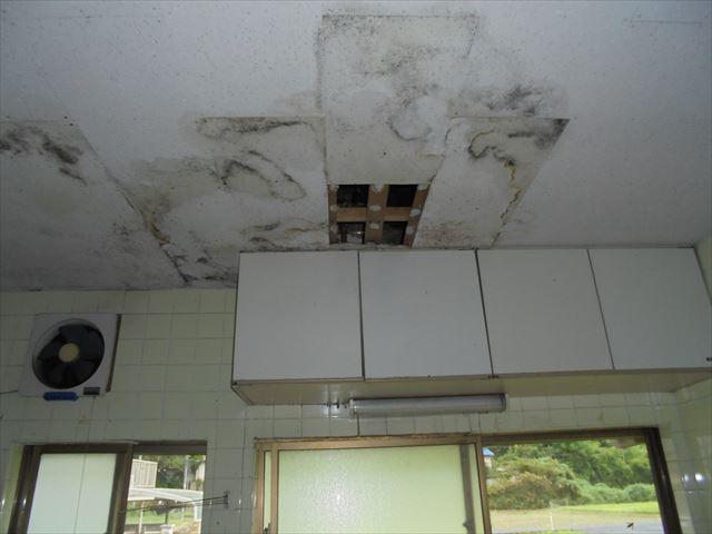 岡山市東区で雨漏り修理 天井の雨漏り跡