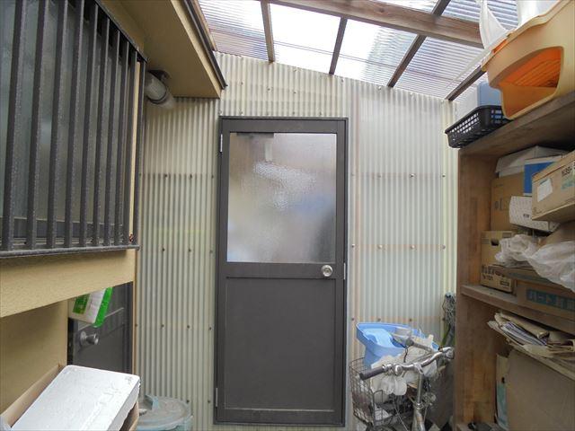 岡山市南区で波板を留めている釘から雨漏り/ポリカに張り替え。