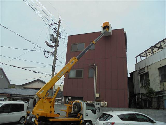 倉敷市雨漏り点検 高所作業車で3階の屋根の上に