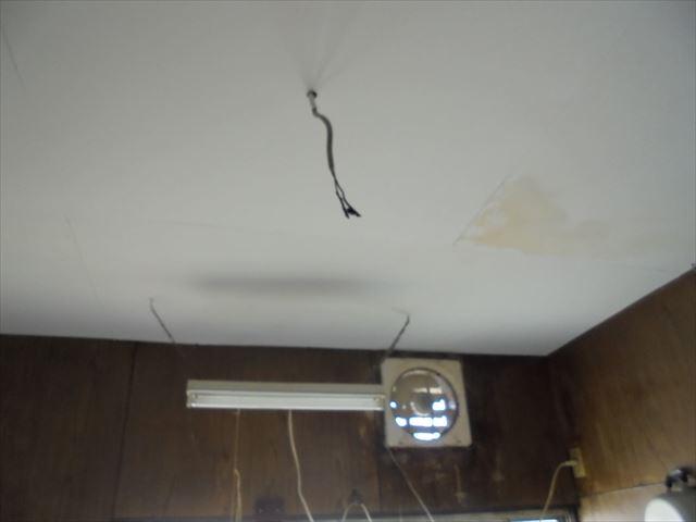 岡山市南区で台所の天井に雨漏りのシミが出来、雨漏りの調査依頼