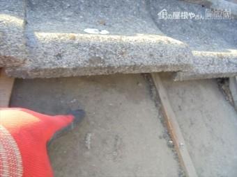 倉敷市で屋根修理 セメント瓦をめくると雨漏り跡