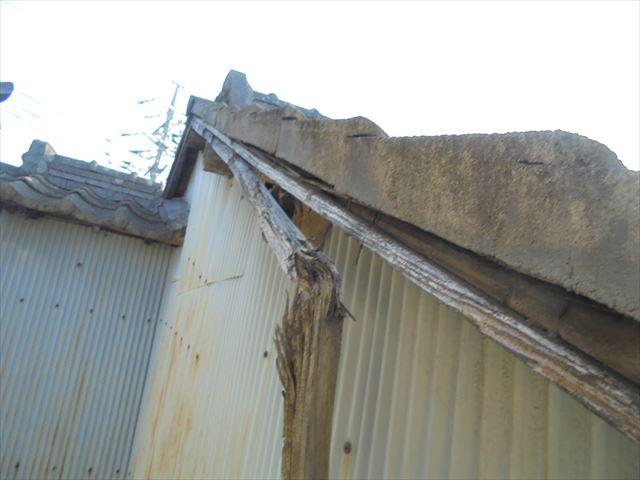 倉敷市で屋根修理 袖瓦の下の垂木が折れています