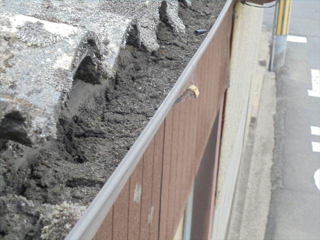 倉敷市 車庫のスレート 雨ドイにゴミ