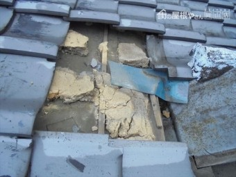 岡山市北区で台風の影響で雨漏り 瓦をめくり雨漏りの原因を調べます。