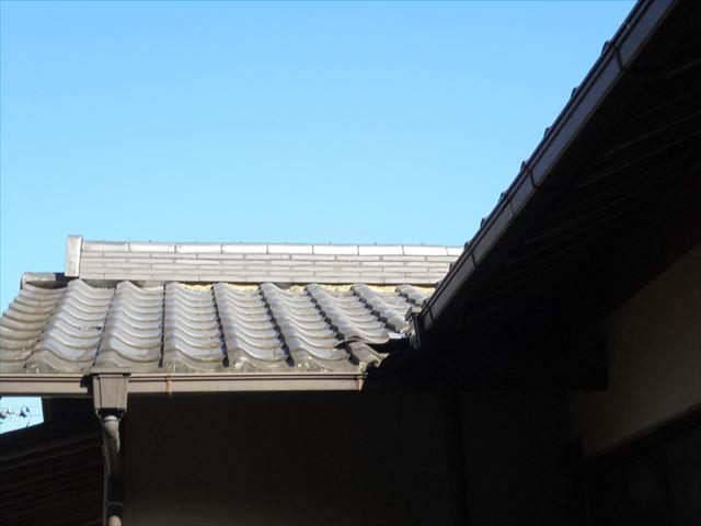 岡山県和気町で屋根工事の点検依頼。棟の赤土が見えています。