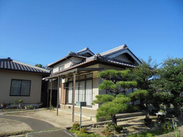 岡山市北区で屋根瓦の修理の点検依頼。瓦がズレ落ち割れています。