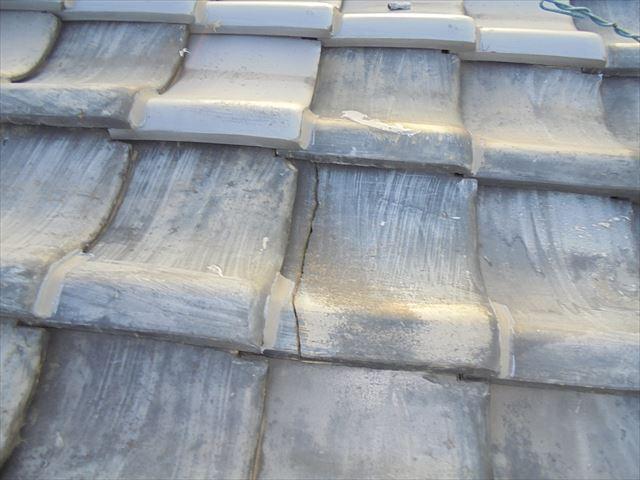 岡山市北区で雨漏り修理/雨漏りの原因は瓦の割れと壁の剥がれ