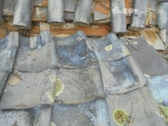 岡山市東区 谷板金の回りの瓦がズレています。