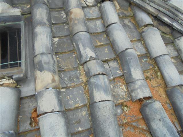 岡山市東区 本葺きの瓦がズレています。