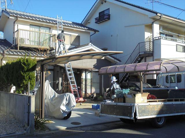 岡山市北区行った屋根リフォームの模様をご紹介いたします。瓦屋根葺き替え工事の為外した太陽光発電システムを復旧します。 太陽光メーカーが発行しといるIDカードを持っていないと、メーカー保証が受けられません