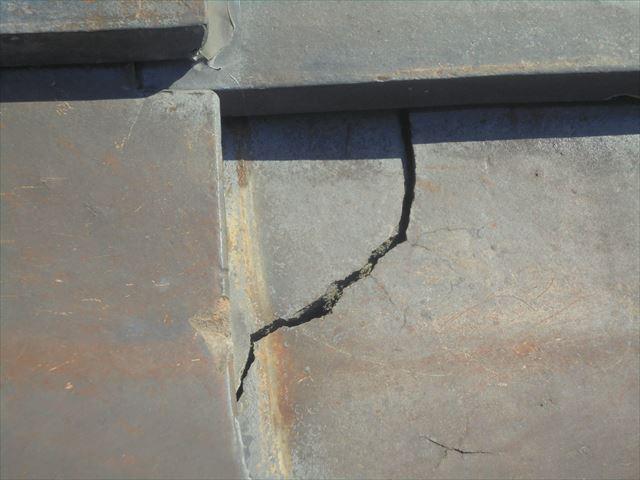 赤穂郡上郡町 屋根リフォームをする予定の谷板金の穴です。