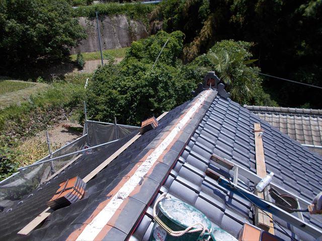 岡山県久米南町で屋根の葺き替え工事 2階の本棟工事と隅棟工事です