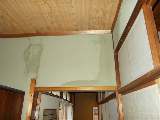 岡山市北区で谷板金の周りから雨漏り。ジュラクの壁に大きなシミ