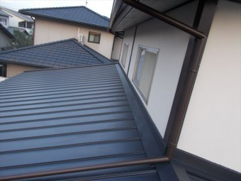玉野市 屋根工事 カバー工法 ガルバリウム鋼板の縦葺き