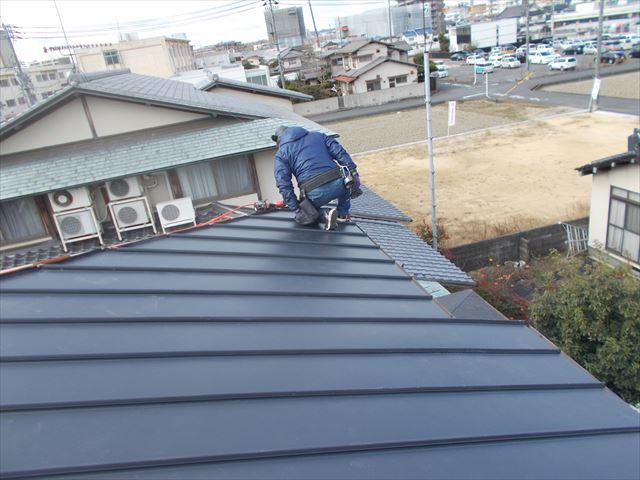 岡山市中区 2階がほぼ葺き終わりました。