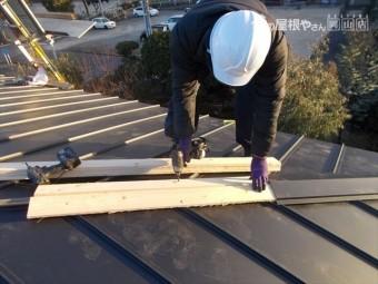 岡山市中区 ガルバリウム鋼板の縦葺きの棟工事