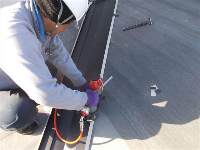岡山市中区でカバー工法/カラーベストに直貼り1階の谷廻り工事