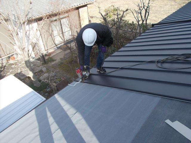 岡山市中区でカバー工法で屋根リフォームです。1階施工中です。