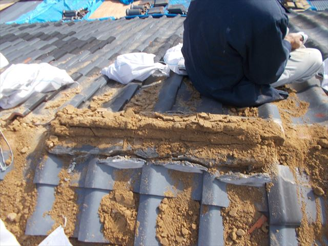 玉野市 葺き替え工事の瓦撤去