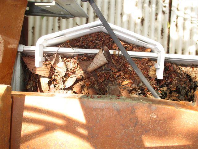 岡山市中区で樋に落ち葉が詰まり雨漏りしたので上合と軒の樋掃除