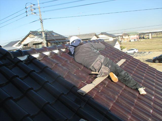 倉敷市で屋根修理。勾配のきつい釉薬瓦の屋根の漆喰入れ替え工事