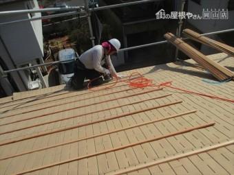 新見市 東和合成の東和ルーフ桟木打ちつけ