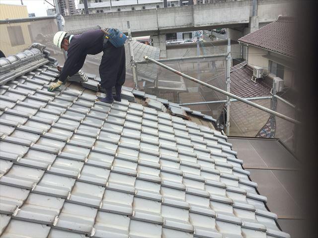 岡山市北区 屋根工事 屋根リフォーム 瓦をめくっていきます