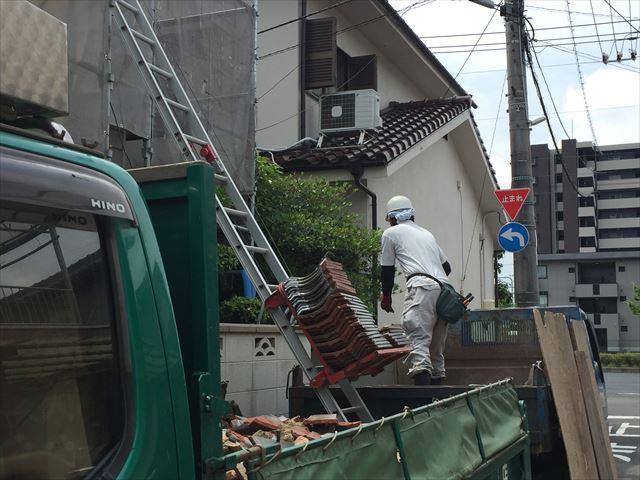 岡山市北区 屋根工事 屋根リフォーム 瓦は瓦揚げ機で降ろしダンプへ