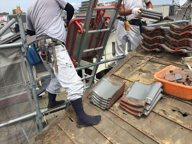 岡山市北区 屋根工事 屋根リフォーム 瓦を瓦揚げ機で降ろします