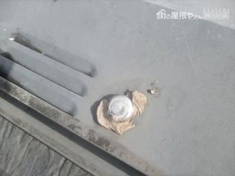 倉敷市で雨漏り修理の点検依頼。棟の板金のコーキングが劣化しています。