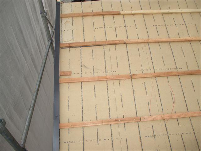 岡山市南区 瓦屋根葺き替え工事 下葺き材の防水紙ルーフィング 桟木打ち
