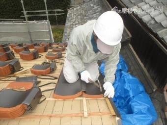 備前市 瓦工事の左の袖瓦を取り付けます。