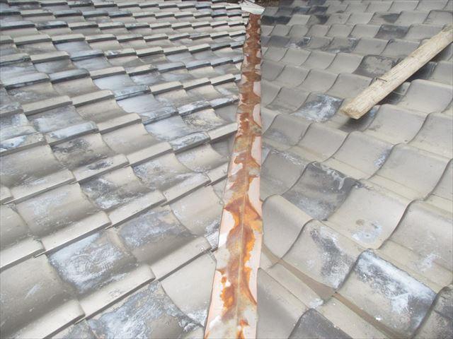 岡山市北区で屋根修理。赤錆の激しいトタンの谷板金取替の点検