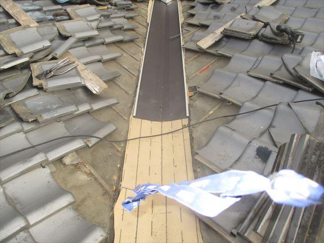 岡山市北区 ガルバリウム鋼板の谷板金取付け