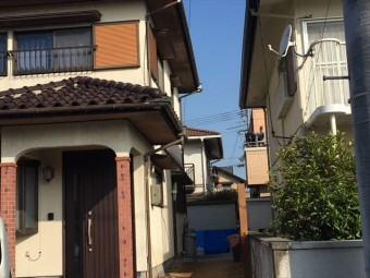 岡山市南区で2階の雨どいの雨水がお隣の敷地に