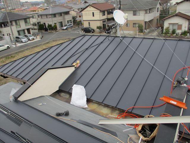 岡山市中区 カラーベストにガルバリウム鋼板縦葺き