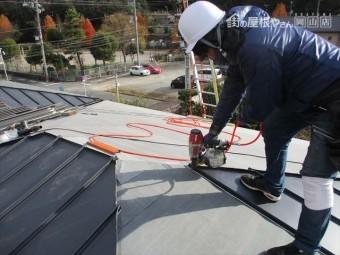 岡山市中区 ガルバリウム鋼板がだいぶ葺きあがってきました。
